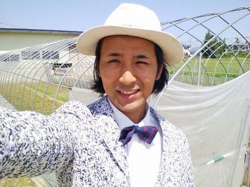 Anh nông dân Nhật diện com-lê đi làm đồng và lý do không ngờ - Ảnh 2