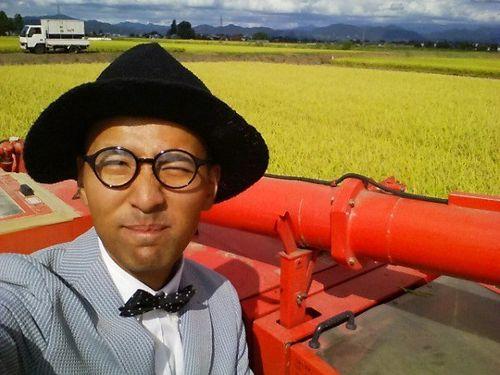 Anh nông dân Nhật diện com-lê đi làm đồng và lý do không ngờ - Ảnh 3