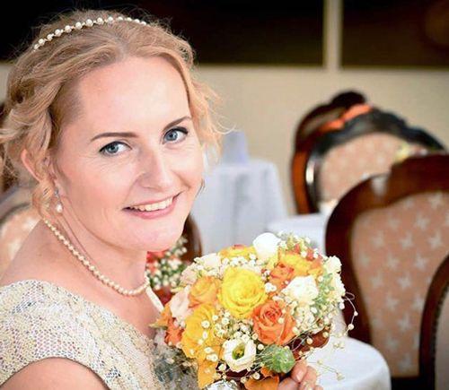 Kỳ lạ cô dâu tự cưới chính mình - Ảnh 1