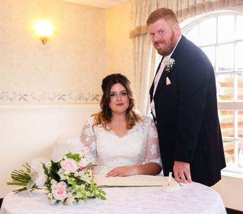 Cặp vợ chồng gây sốc vì chụp ảnh mô phỏng hành động tình dục trong ngày cưới - Ảnh 3