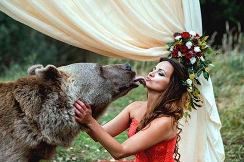 Cặp đôi nhờ gấu làm chứng trong hôn lễ - Ảnh 3