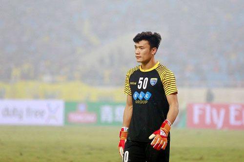 Thủ môn Bùi Tiến Dũng kiến tạo bàn thắng duy nhất, FLC Thanh Hóa có 3 điểm đầu tiên - Ảnh 1
