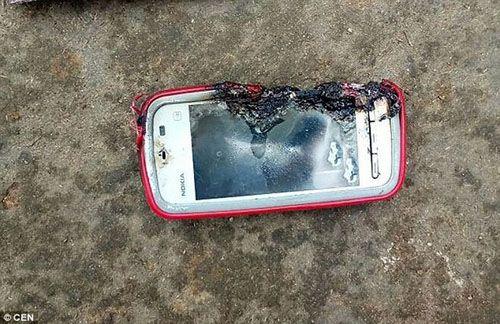 Điện thoại phát nổ khi đang sạc, thiếu nữ tử vong - Ảnh 1