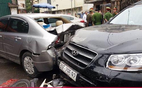 Hàng loạt xe tông liên hoàn trước cổng bệnh viện Bạch Mai, nhiều người bị thương - Ảnh 1