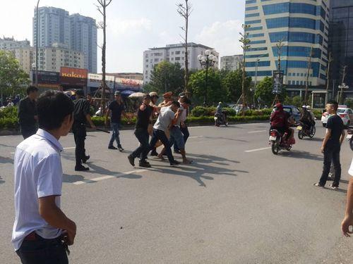 Hà Nội: Gặp 141, vứt xe máy bỏ chạy thục mạng - Ảnh 1