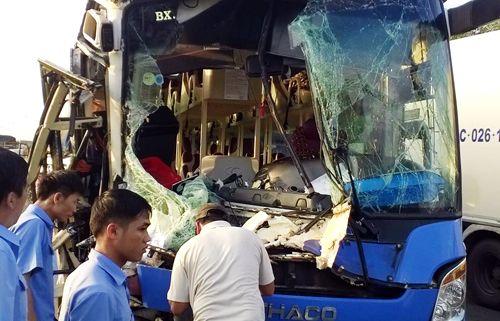 9 người bị thương sau phút xe khách vượt xe tải - Ảnh 1