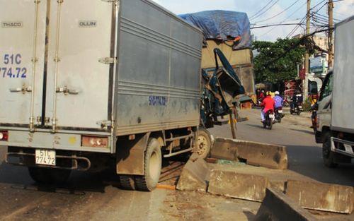 Dân cạy cửa cứu phụ xe trong xe tải bẹp dúm - Ảnh 1