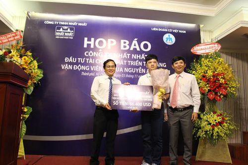 """""""Thần đồng cờ vua"""" Nguyễn Anh Khôi nhận gói tài trợ tiền tỉ - Ảnh 1"""