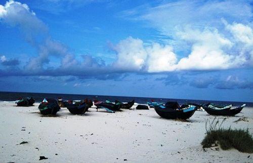 Đi tắm biển, hai học sinh Quảng Bình bị đuối nước - Ảnh 1