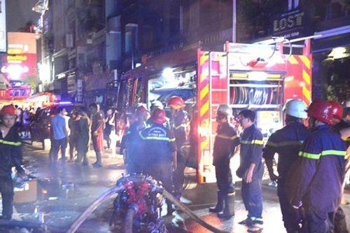 Cháy lớn ở khu phố Tây, du khách nước ngoài hốt hoảng tháo chạy - Ảnh 1