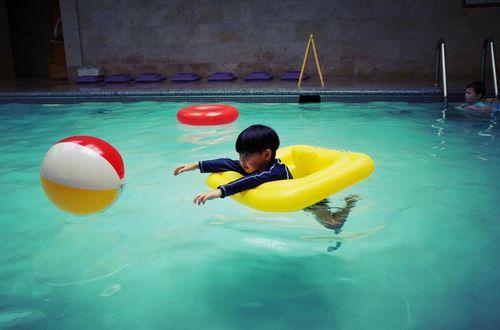 Không cần to tiếng, cách người mẹ này phạt con ở bể bơi đáng để bố mẹ học tập - Ảnh 3