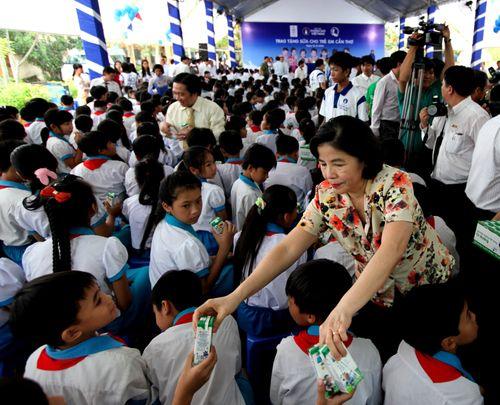 Vinamilk và Quỹ sữa Vươn cao Việt Nam trao tặng sữa cho trẻ em Cần Thơ - Ảnh 2