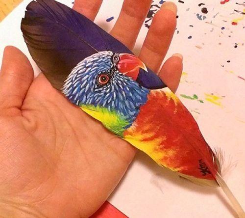 Nghệ sĩ có tài vẽ tranh trên... lông chim - Ảnh 11