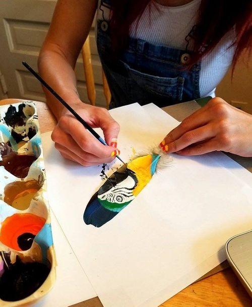 Nghệ sĩ có tài vẽ tranh trên... lông chim - Ảnh 12
