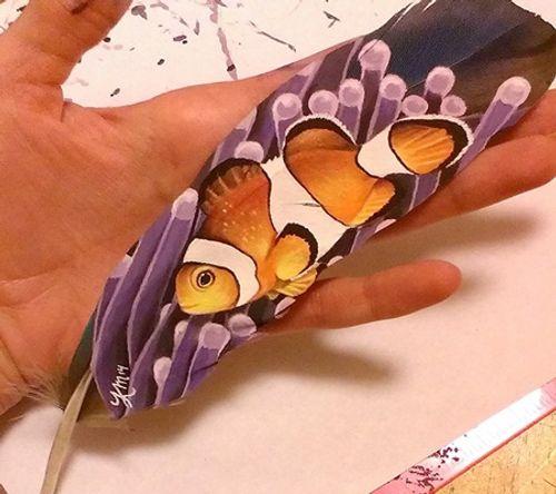 Nghệ sĩ có tài vẽ tranh trên... lông chim - Ảnh 7