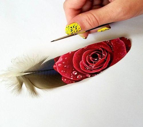Nghệ sĩ có tài vẽ tranh trên... lông chim - Ảnh 9