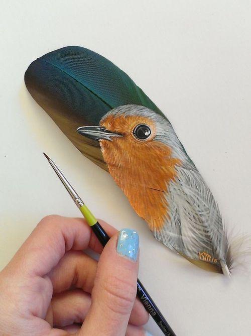 Nghệ sĩ có tài vẽ tranh trên... lông chim - Ảnh 1