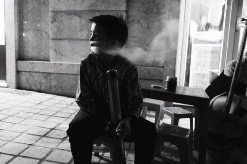 Ngẫm chuyện cậu bé 'biểu diễn' thuốc lào cho khách du lịch ở Sa Pa - Ảnh 2