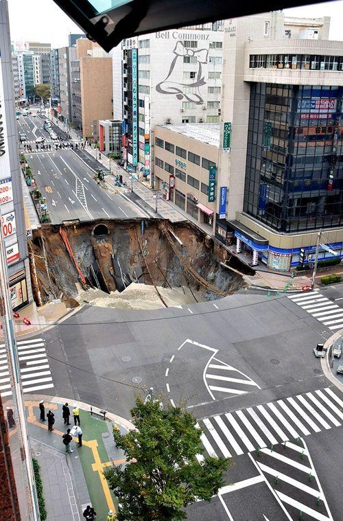 Bất ngờ với hố tử thần của Nhật Bản lành lại chỉ sau 2 ngày - Ảnh 1