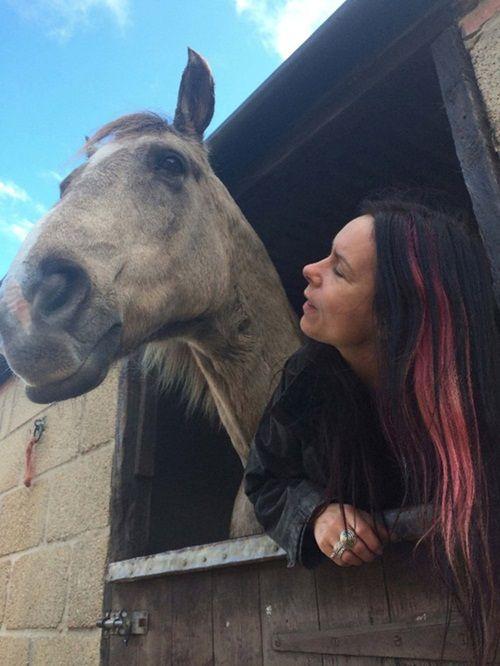 Ngỡ mình là ngựa, người phụ nữ ăn cỏ suốt 7 năm - Ảnh 3