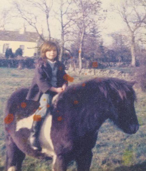 Ngỡ mình là ngựa, người phụ nữ ăn cỏ suốt 7 năm - Ảnh 1