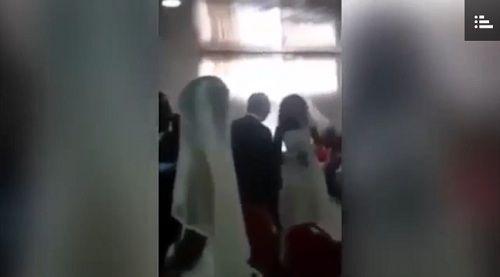 Chú rể bối rối khi người tình diện váy giống hệt cô dâu đến dự lễ cưới - Ảnh 1
