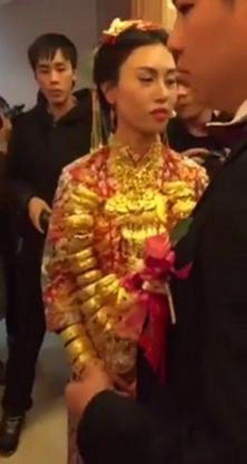 Cô gái 20 tuổi được chồng tỷ phú 70 tuổi tặng 20kg vàng trong lễ cưới - Ảnh 2