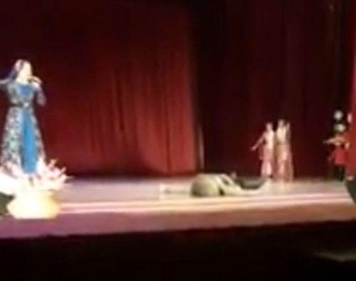 Vũ công đột tử trên sân khấu, khán giả vỗ tay vì tưởng diễn - Ảnh 2