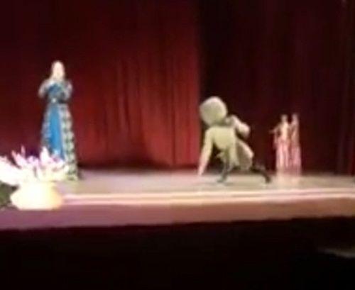 Vũ công đột tử trên sân khấu, khán giả vỗ tay vì tưởng diễn - Ảnh 1