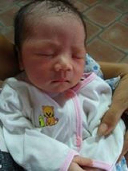 Hà Nội: Bé sơ sinh bị bỏ rơi cùng hơn 800 ngàn trước cổng chùa - Ảnh 1