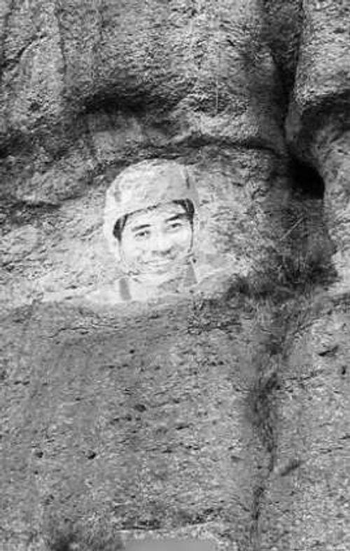 Cô gái đu dây vẽ chân dung bạn trai lên núi để tỏ tình - Ảnh 3