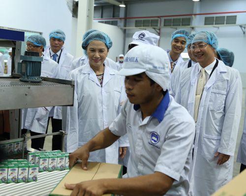 Đoàn đại biểu quốc hội VN thăm nhà máy sữa Angkor của Vinamilk - Ảnh 3