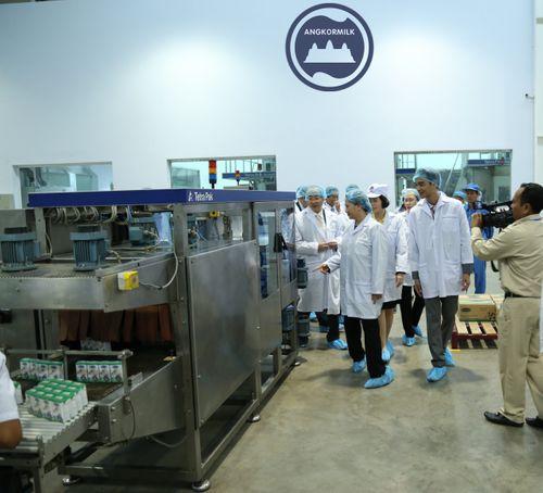 Đoàn đại biểu quốc hội VN thăm nhà máy sữa Angkor của Vinamilk - Ảnh 4