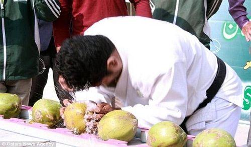 'Dị nhân' lập kỷ lục dùng đầu đập vỡ hơn 43 trái dừa trong 1 phút - Ảnh 1