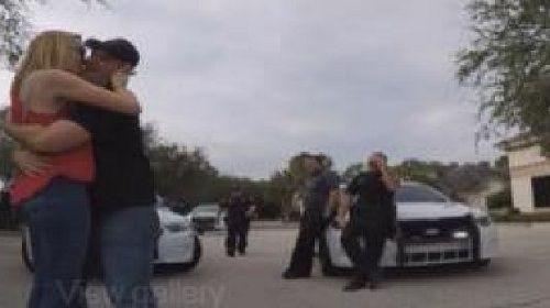 Màn cầu hôn hoành tráng nhờ đến sự giúp đỡ của xe cảnh sát - Ảnh 2