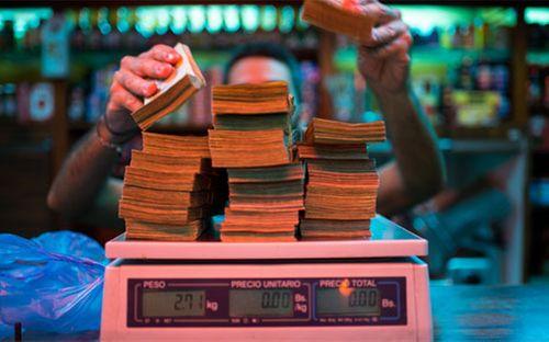 Siêu lạm phát khiến người Venezuela phải cân tiền - Ảnh 1