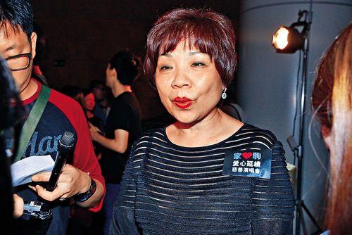 Người phụ nữ giàu nhất Hồng Kông mất vị trí vì cổ phiếu sụt giảm - Ảnh 1
