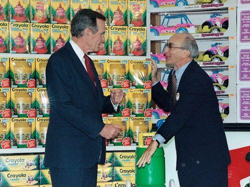 Lập nghiệp từ bàn tay trắng, ông chủ Toys R Us phải nhìn công ty phá sản trước khi qua đời - Ảnh 1