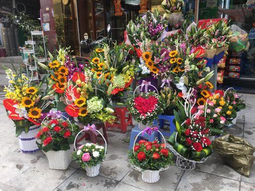 """""""Chán"""" hoa nội, cánh mày râu đặt hoa nhập khẩu giá vài trăm nghìn/bông ngày 8/3 - Ảnh 1"""