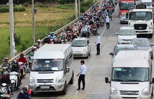 Trạm thu phí Long Phước - Vũng Tàu xả cửa vì người dân đi nghỉ lễ - Ảnh 1