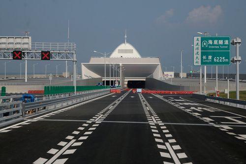 Trung Quốc sắp khánh thành cầu vượt biển dài nhất thế giới - Ảnh 1