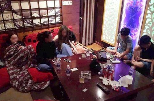 Hà Tĩnh: Đột kích quán karaoke, bắt 15 đối tượng sử dụng ma túy - Ảnh 1