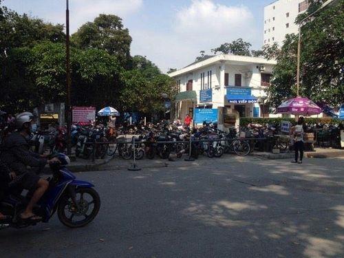 Tạm lùi thời hạn đóng cửa bãi trông giữ xe Bệnh viện Bạch Mai - Ảnh 1