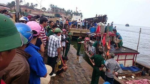 Tàu chở hơn 30 người bị chìm ở Quảng Trị, 1 người tử vong - Ảnh 1
