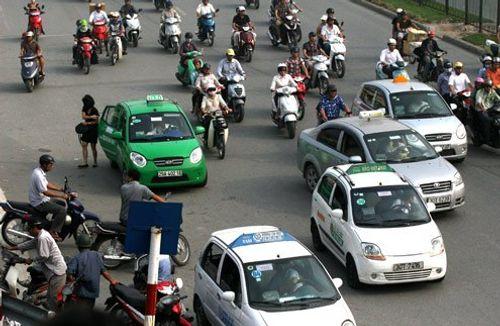 Chạy xe liên tục 4 giờ, gần 500 tài xế taxi bị thu phù hiệu - Ảnh 1