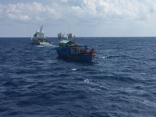 Cứu nạn thành công 15 ngư dân trôi dạt trên biển - Ảnh 1