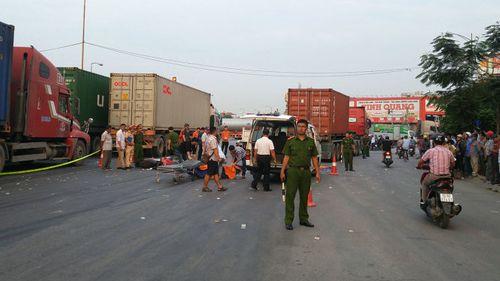 Hai anh em chết thảm dưới gầm xe container sau khi đi dự đám tang về - Ảnh 1