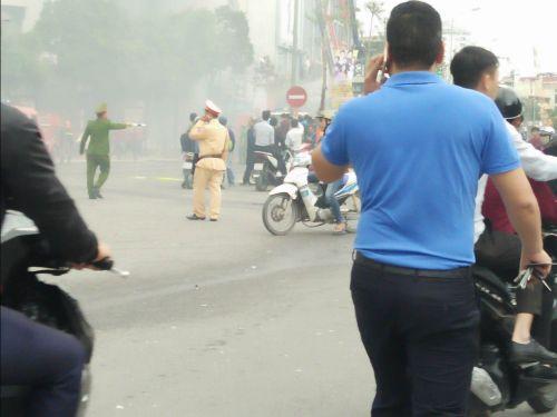 Chùm ảnh: Hiện trường vụ cháy quán karaoke trên đường Trần Thái Tông - Ảnh 8