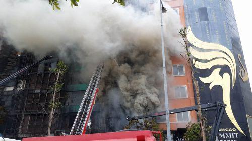 Chùm ảnh: Hiện trường vụ cháy quán karaoke trên đường Trần Thái Tông - Ảnh 6
