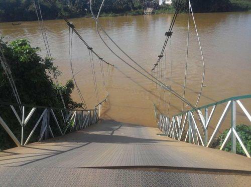 Sập cầu treo Tà Lài, nhiều người rơi xuống sông Đồng Nai - Ảnh 1